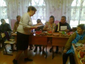Вручение поздравительных открыток сделанных руками проживающих